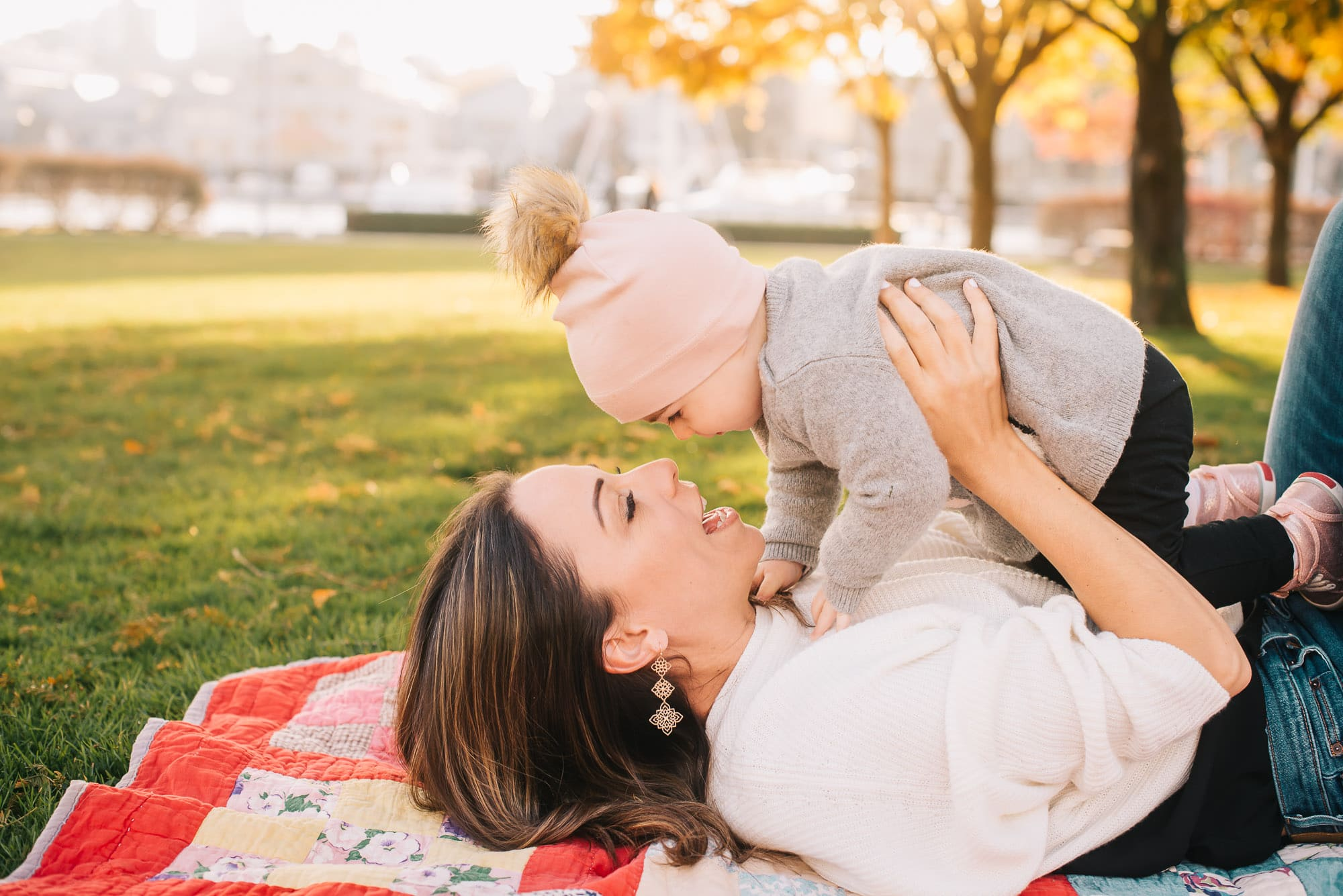 Vancouver Family Photographer captures sweet kisses between mom and daughter